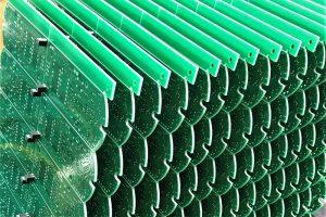 端面がこいのぼりのうろこのように美しい基板。はんだ印刷工程前の様子です。